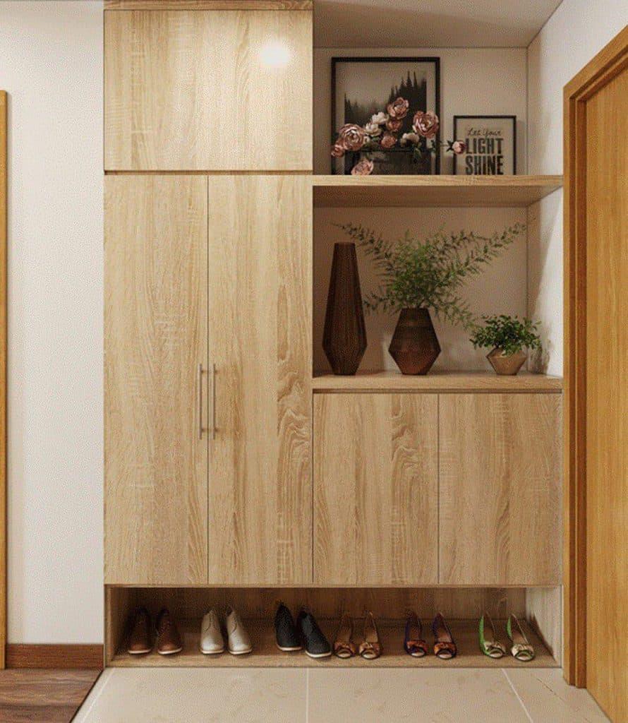 Gần cửa vào là sảnh nhỏ để xe máy và tủ giày.
