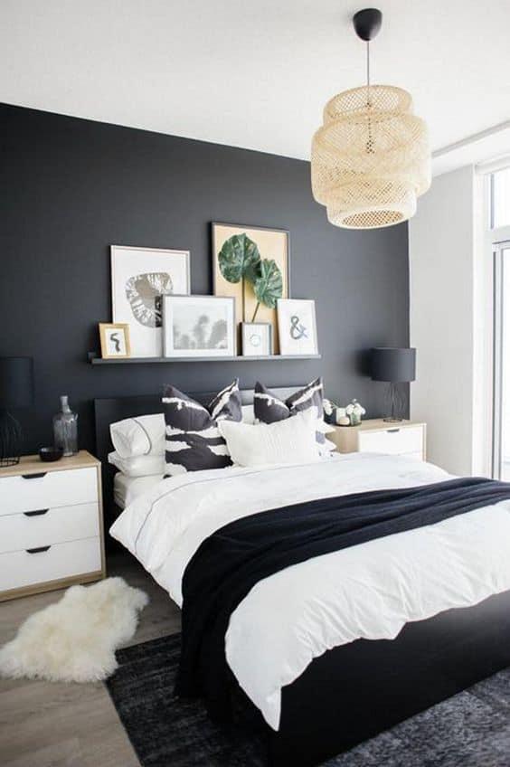 Phòng ngủ master thiết kế theo phong cách hiện đại, gam trắng chủ đạo kết hợp mảng tường màu đen làm điểm nhấn.