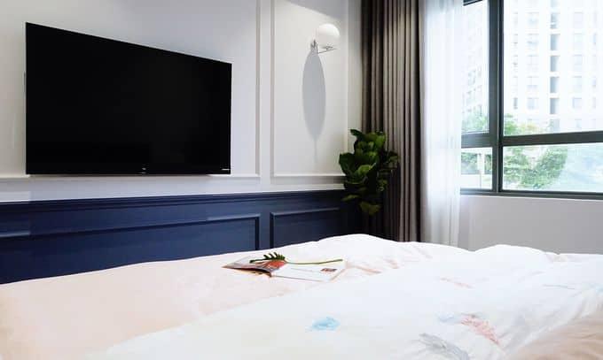 Tông màu tím xám và trắng cùng những chi tiết kẻ chỉ ở tường, cửa và tủ góp phần nhấn mạnh phong cách cổ điển.