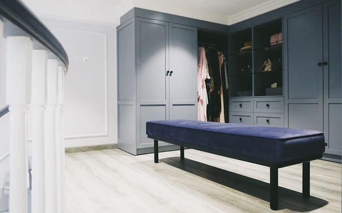 Phòng ngủ dành cho khách được đưa lên tầng lửng. Ngoài ra, không gian lửng còn được dùng làm nhà kho, phòng thay đồ.