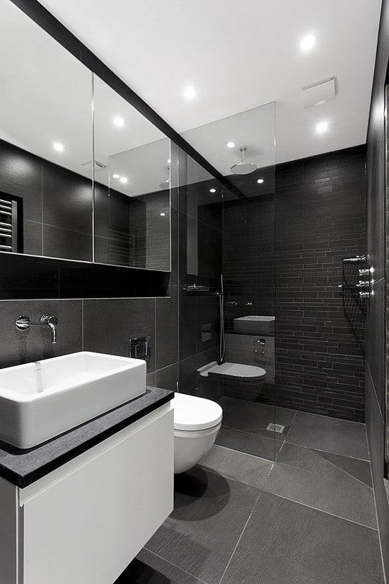 Nhà vệ sinh được bố trí tông màu tối sạch sẽ