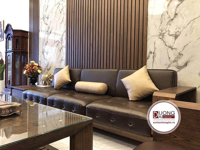 Bàn ghế được làm từ chất liệu gỗ và da cao cấp, chất lượng