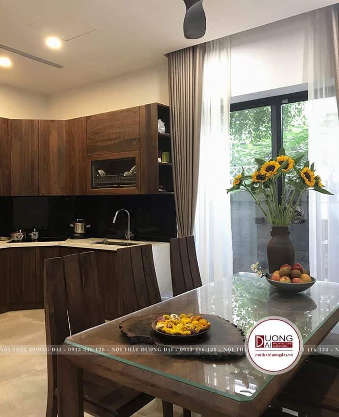 Phòng bếp ấm cúng với màu nâu gỗ trầm