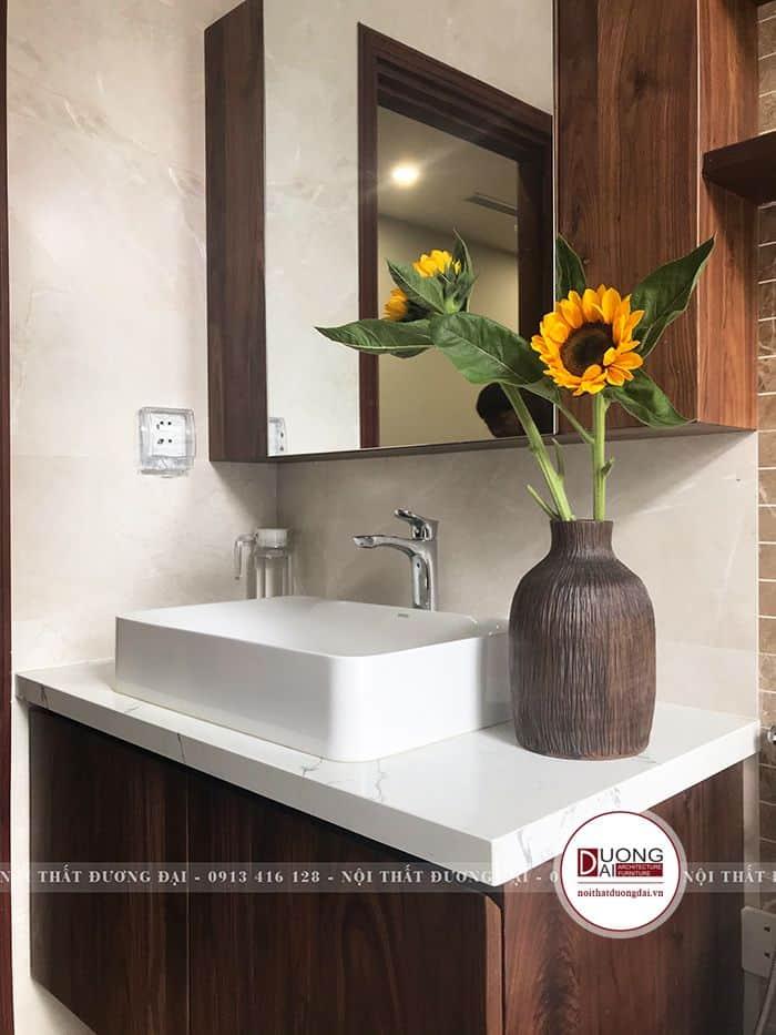 Phòng tắm đầy thư giãn với nội thất gỗ