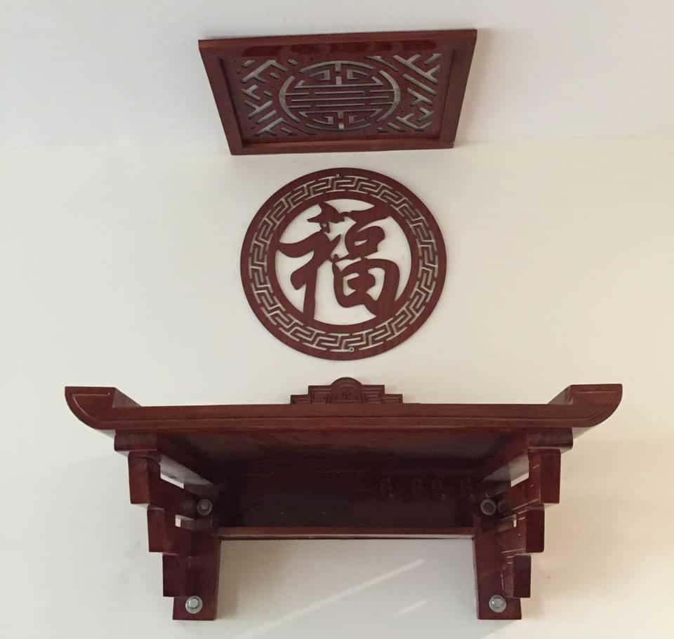 Mẫu bàn thờ treo tường màu đỏ đậm trang trọng