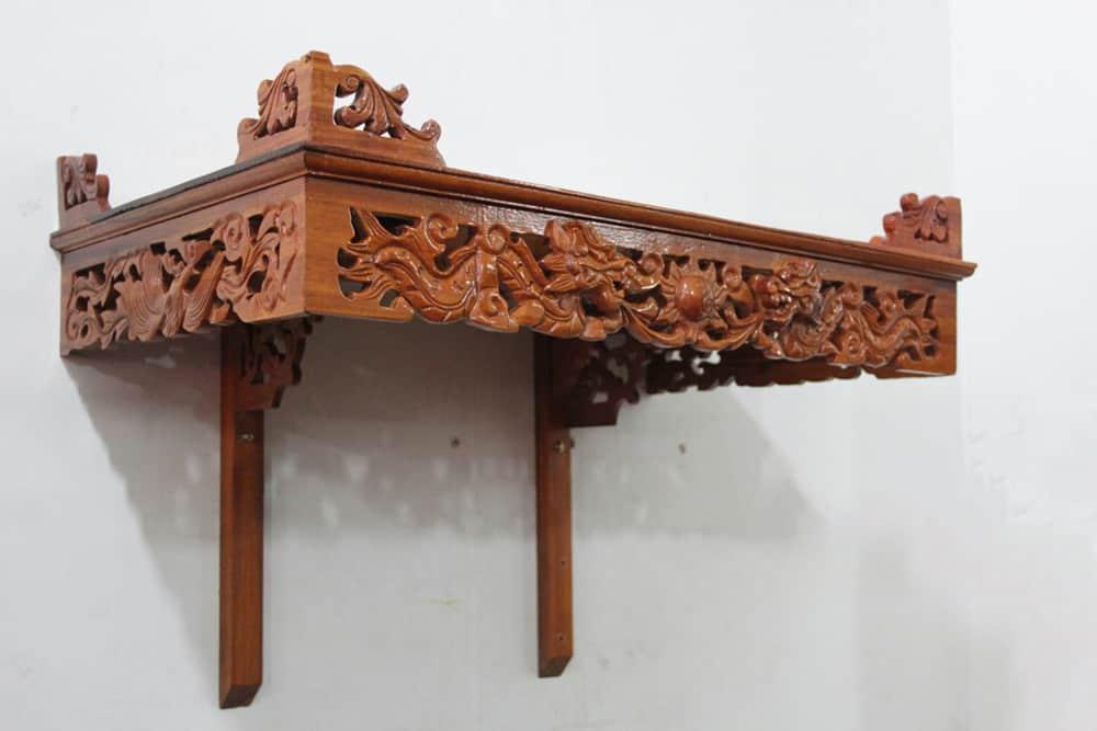 Thiết kế bàn thờ treo tường với hoa văn rồng bay phượng múa