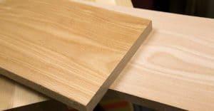 Màu sắc của gỗ sồi Nga từ trắng đến nâu nhạt