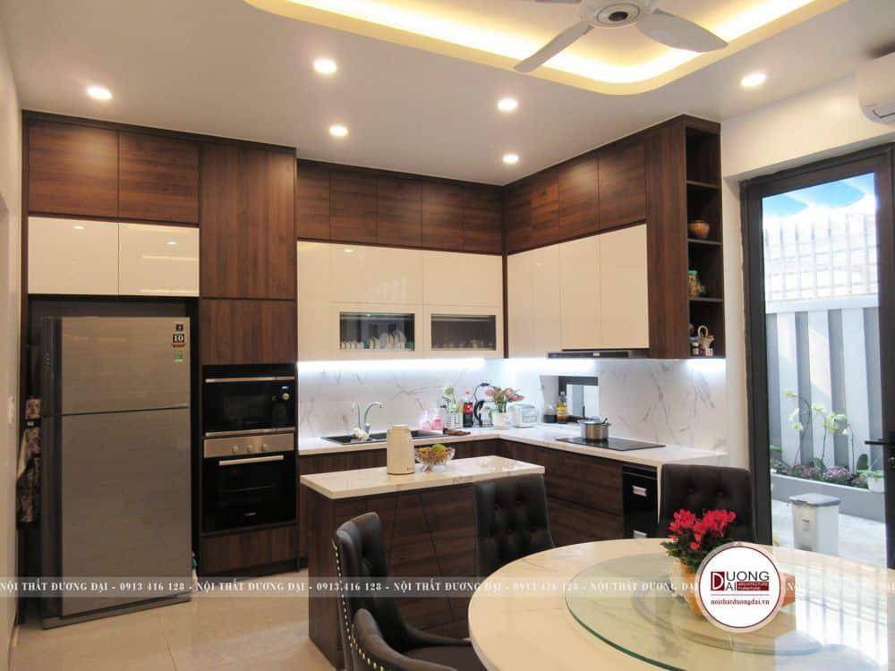 Mẫu tủ bếp tiện nghi làm bằng gỗ MFC cánh Acrylic trắng