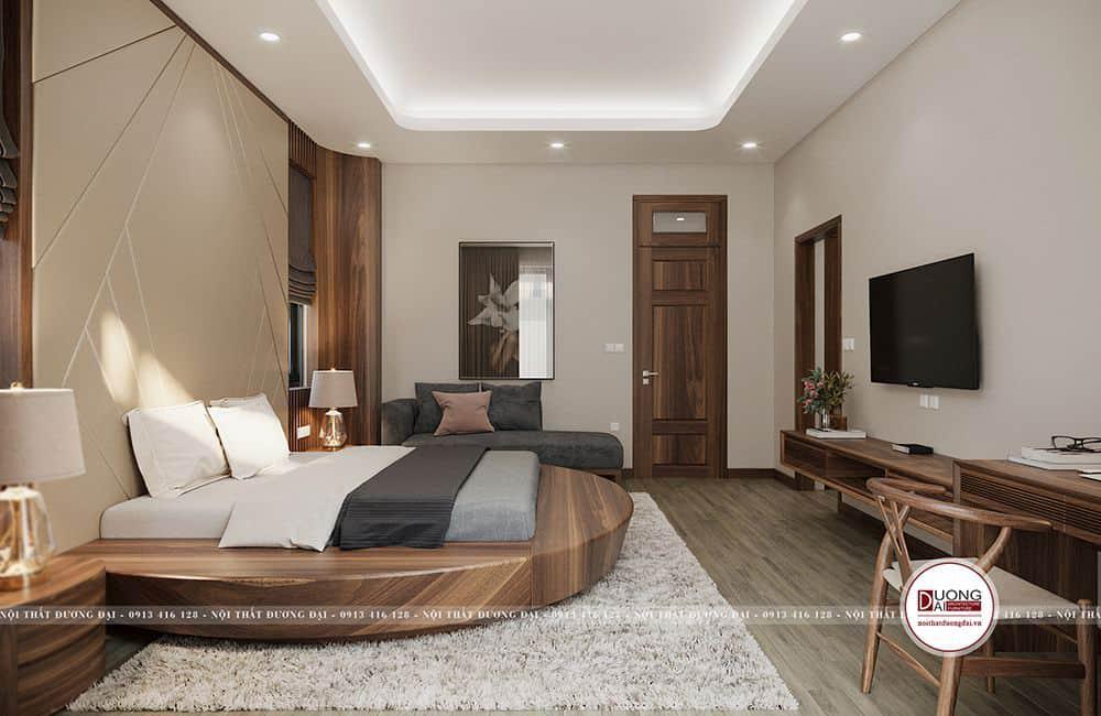 Phòng ngủ rộng có bàn làm việc và sofa thư giãn