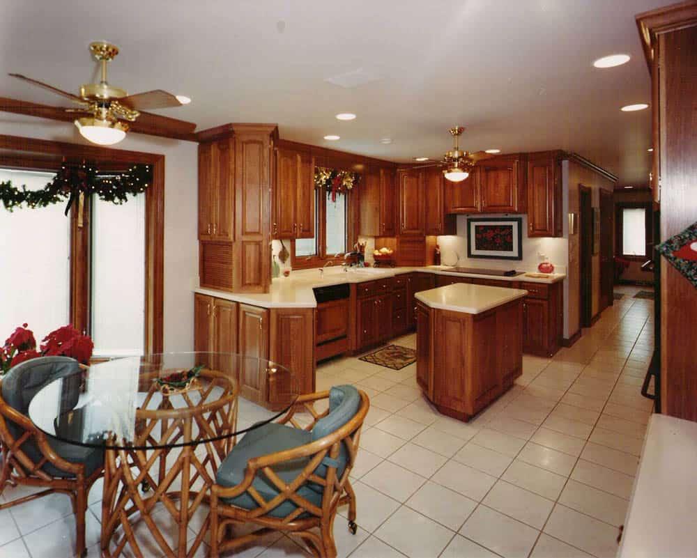 Tủ bếp và đảo bếp đẹp làm từ gỗ gõ đỏ