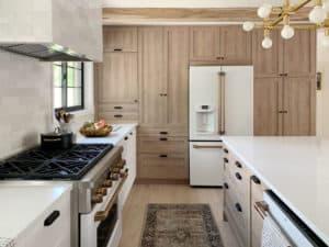 Thiết kế tủ bếp đẹp với gỗ OAK trắng
