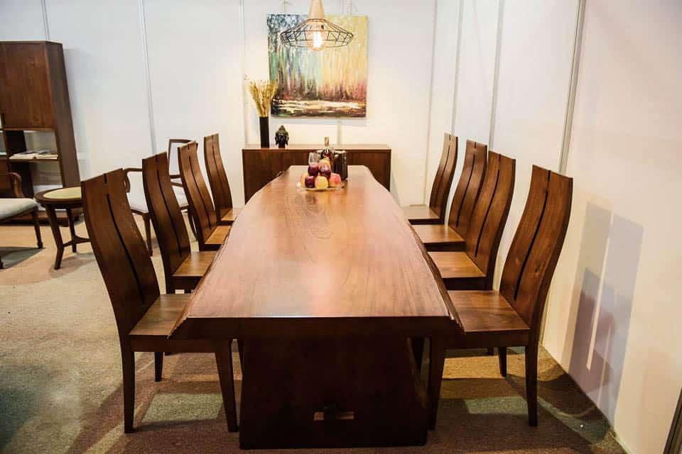 Phòng ăn thêm xa hoa hơn nhờ bàn ghế nguyên tấm