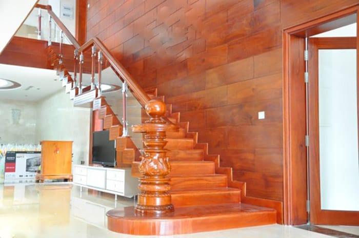 Cầu thang hiện đại với thiết kế trụ ấn tượng