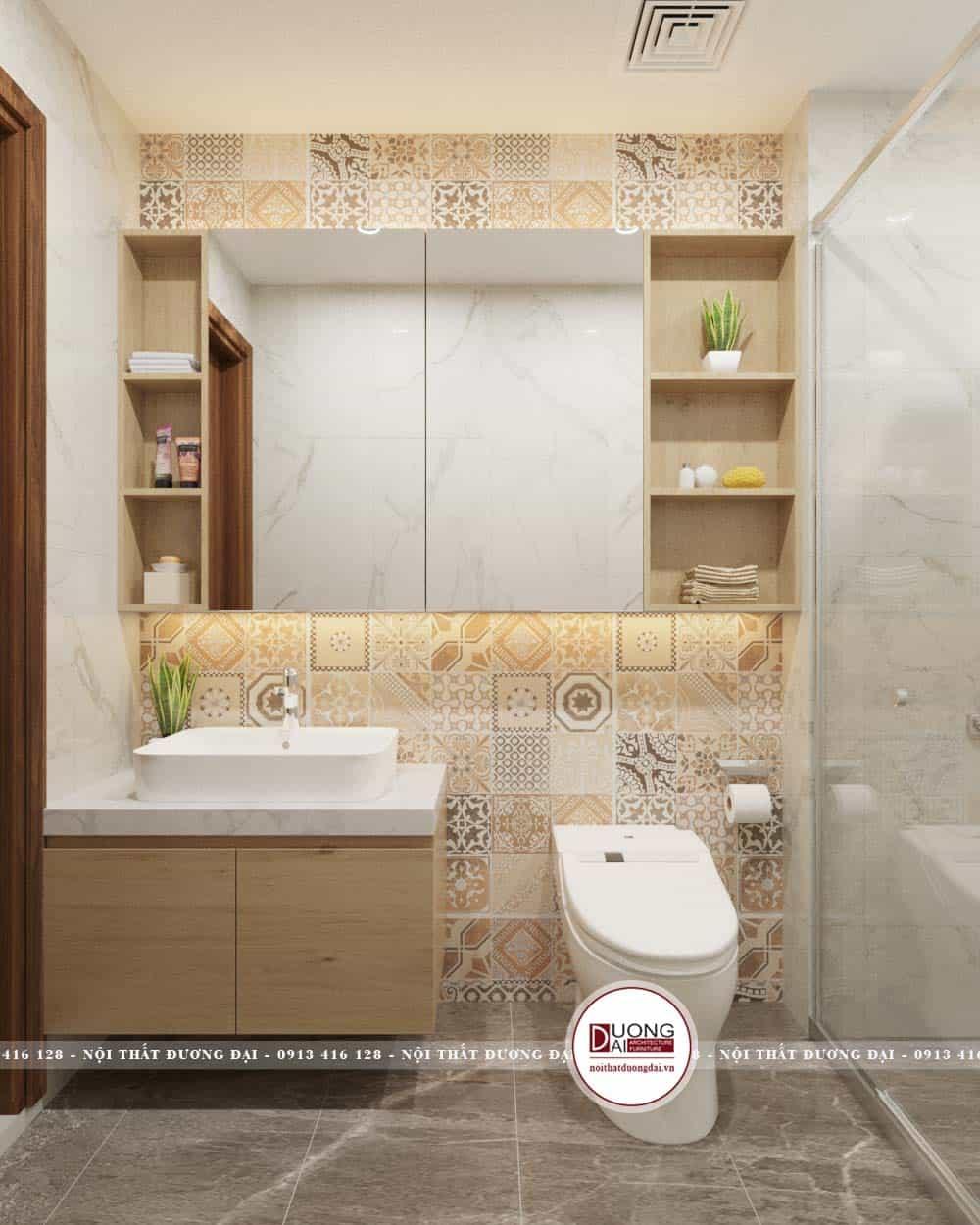 Phòng tắm được lát gạch hoa màu vàng nhạt